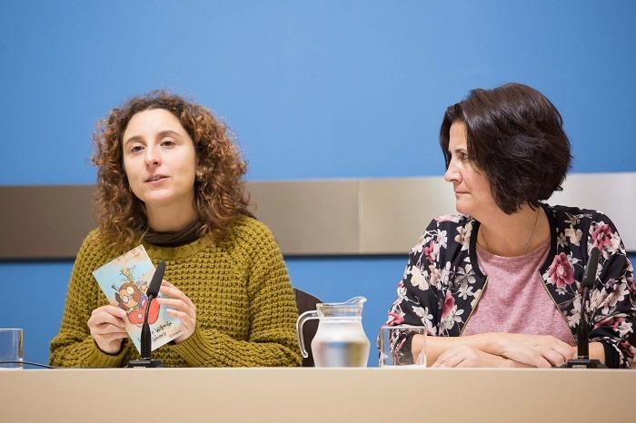 La concejala de Educación e Inclusión del Ayuntamiento de Zaragoza, Arantza Gracia, a la izquierda de la imagen