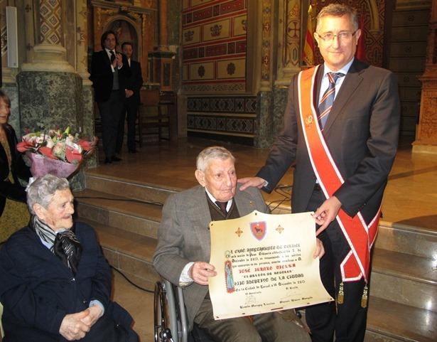 El Pastor de Andorra, con el titulo de Hijo Adoptivo de Teruel, acompañado por su esposa y el entonces alcalde de la capital, Manuel Blasco