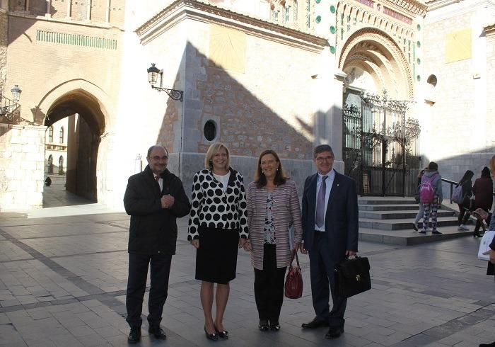 De izquierda a derecha, El Presidente de Aragón , Javier Lambán, al Comisaria Corina Cretu, la eurodiputada Ines Ayala y el Consejero de Presidencia , Vicente Guillen