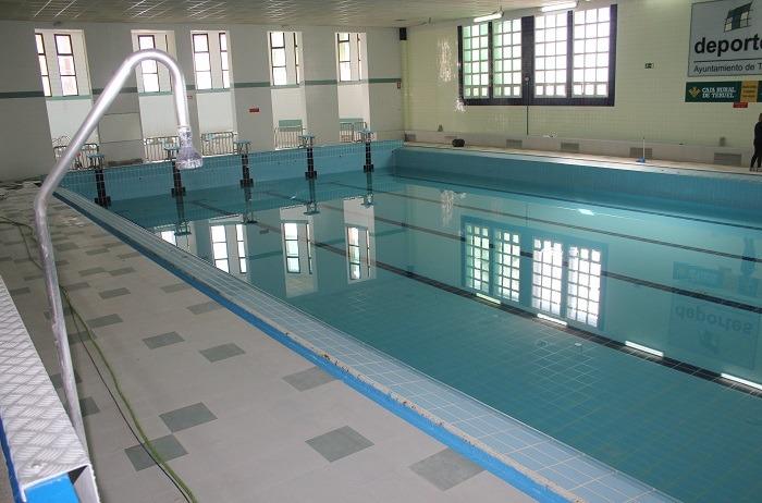 Aspecto que presentaba esta mañana el vaso de la piscina cubierta , en pleno proceso de llenado