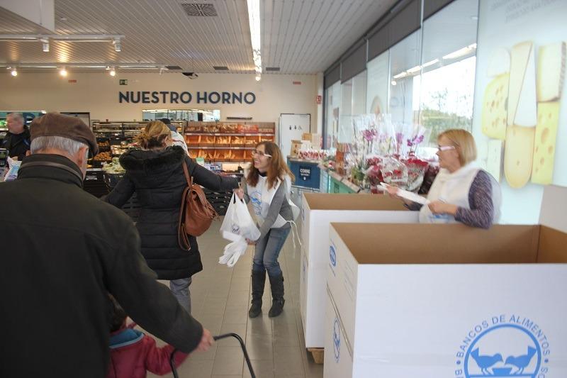 En la foto , dos voluntarias recogen varias bolsas en el ALDI situado en la Carretera de Castralvo