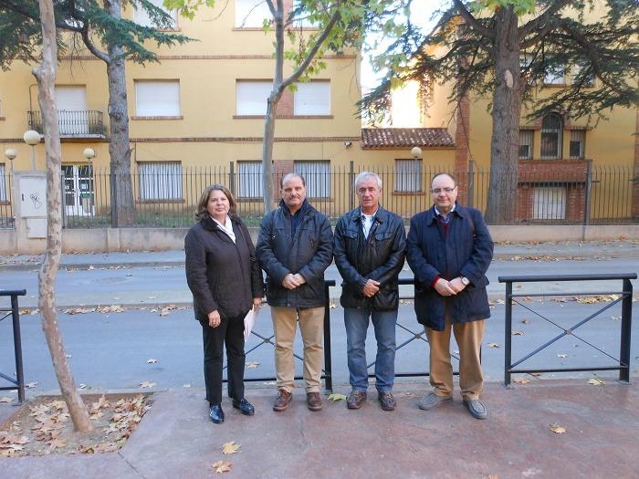 Concejales del grupo socialista del Ayuntamiento de Teruel, en la fachada del COAM, en el barrio de San León