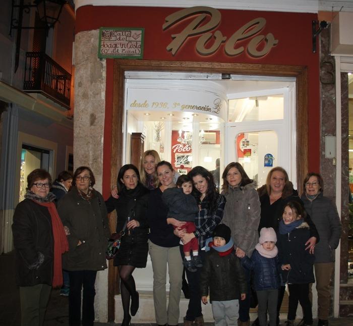 Otras tres generaciones de la familia Polo, en la puerta de la Joyeria